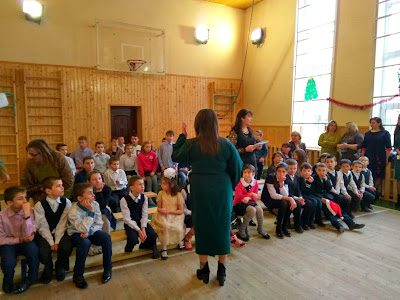 Директор закладу Марія Василівна Кирилюк дає настанови вихованцям