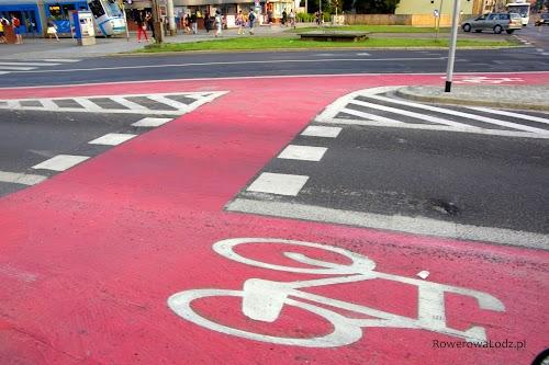 Dwa wyjazdy dla rowerzystów. Dzięki kolorystyce nikt nie ma wątpliwości gdzie można spodziewać się rowerzystów.