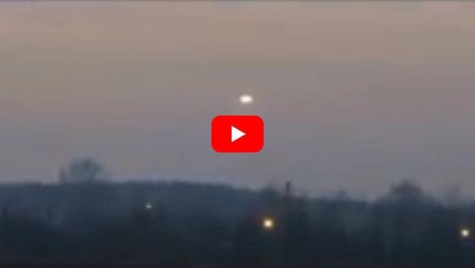 Polônia, Varsóvia, OVNI luminoso é filmado