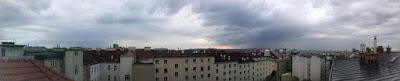 Wetterupdate 30.05.2015  Am Abend gab es im Wiener Umland einige Schauerzellen, in Favoriten ist es bis auf wenige Regentropfen trocken geblieben. In der Nacht beruhigt sich das Wetter wieder. Von aktuellen 17,9 Grad sinken die Temperaturen bis morgen auch ca 13 - 15 Grad ab. #wetter #wien  #favoriten #wetterwerte