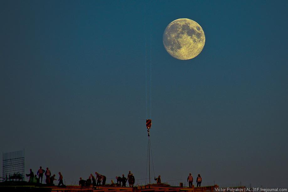 Полная Луна над стройкой