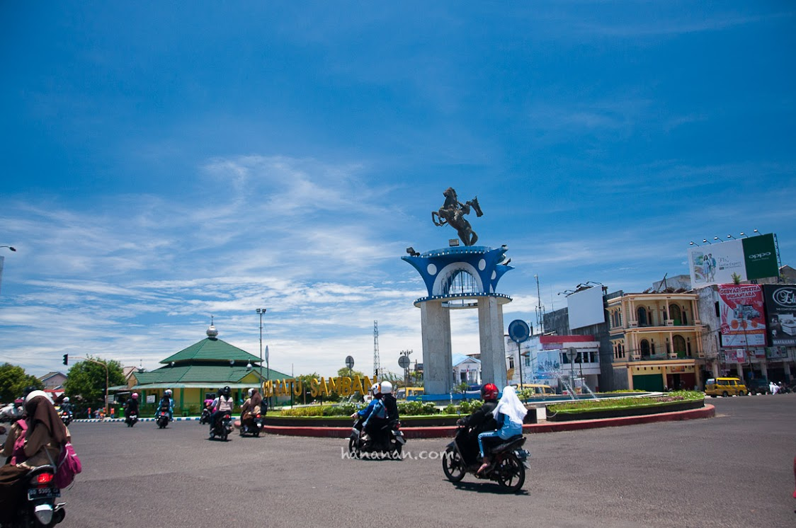 Monumen Ratu Samban di Simpang Lima Bengkulu.