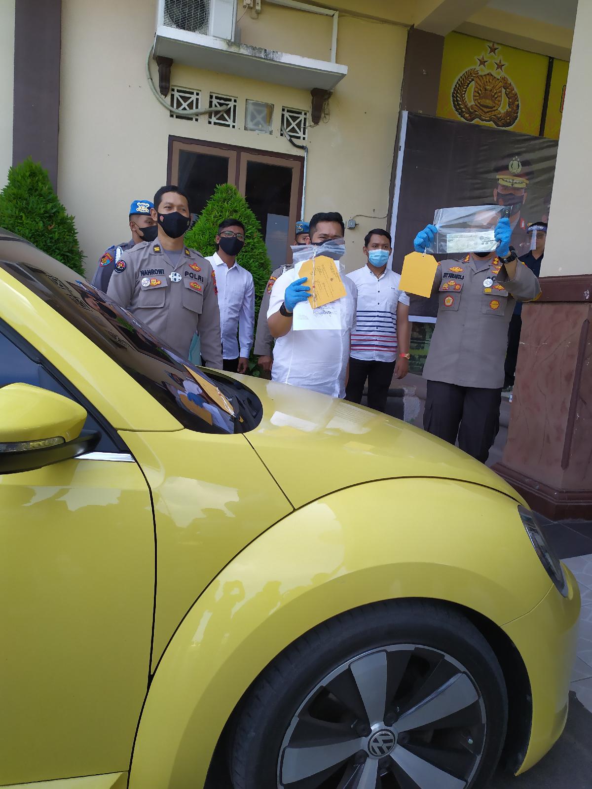 Takut Terkena Razia ABG 16 Tahun Pengemudi VW Kuning Nekat Terobos dan Tabrak Petugas Penyekatan Jalan Larangan Mudik