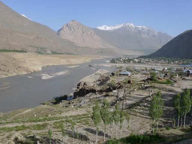 Khorog et la rivière Panj (vue vers le nord), 11 juillet 2009. Photo : J.-F. Charmeux