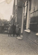 Photo: Adrie, Trien en Neeltje Romeijn op de Boorstoep.