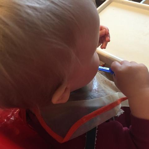 Kind putzt Zähne