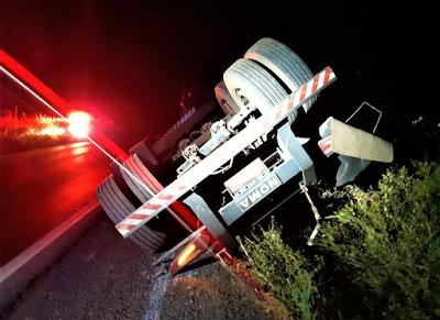 Caminhoneiro bêbado é flagrado arrastando semirreboque tombado pela rodovia