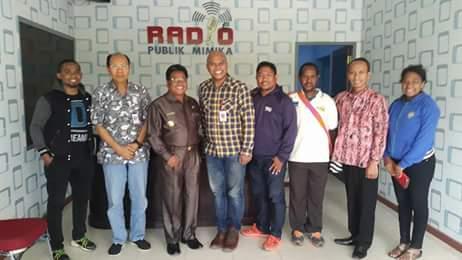Wakil Bupati Mimika, Yohanes Bassang berkunjung ke Radio Publik Mimika