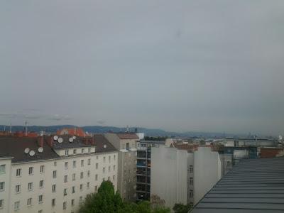 Das aktuelle Wetter in Wien-Favoriten am 01.05.2015:  Der Start in den Mai verläuft wechselhaft, auch mit ein wenig Regen muss am Nachmittag gerechnet werden, ähnlich zu gestern. Mit 17 oder 18 Grad wird es heute geringfügig frischer als gestern (19 Grad). Wechselhaft mit langsam ansteigenden Temperaturen gestaltet sich dann auch das Wochenende. #wetter #wien #favoriten #wetterwerte