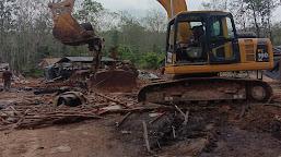 Gunakan Excavator, Polisi Bongkar Pabrik Pengolahan Minyak Ilegal