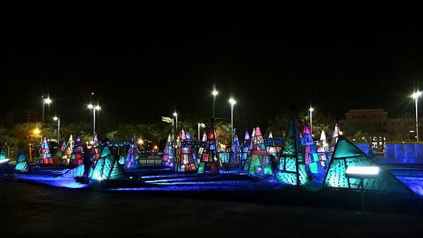 018台灣燈會決不能錯過的亮點:農創再生燈區,作品:海波浪,黄文淵團隊負責主體結構,妙工俊陽團隊進行螢光彩繪,搭配波紋燈,產生海區風貌。作品佔地大,且作工細緻,遊人可穿梭其間感受藝術創作的浪頭。