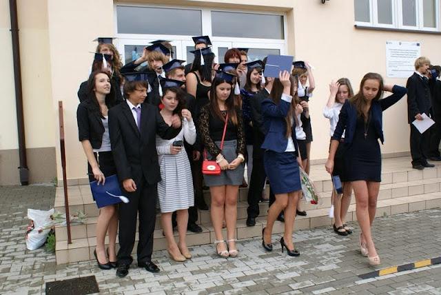 Zakończenie Gimnazjum przed budynkiem bis - DSC08147_1.JPG