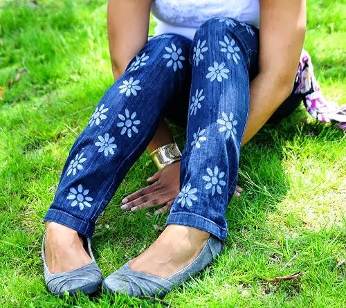 calça jeans customizada com flores feitas com tinta para tecido