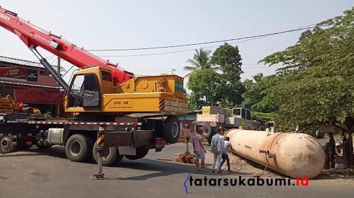 2 Unit Crane diturunkan untuk evakuasi besi ukuran raksasa yang terjatuh di Jalan Sukabumi - Palabuhanratu // Foto : Rudi Imelda
