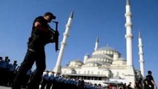 Putsch raté en Turquie: poursuite des arrestations par le gouvernement, l'Etat d'urgence en vigueur