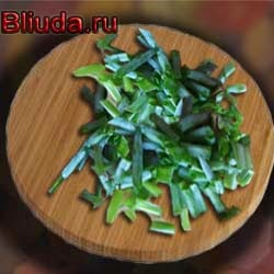 Нарезаем зеленого лука