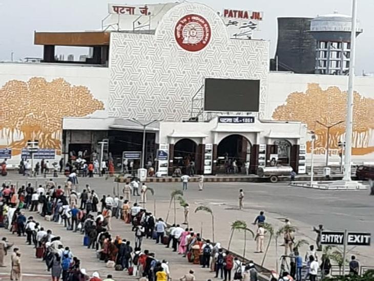 51 दिन बाद पटना से दिल्ली के लिए रवाना हुई राजधानी एक्सप्रेस, लाइन लगाकर ट्रेन में सवार हुए 1 हजार यात्री, सबकी फोटो ली गई