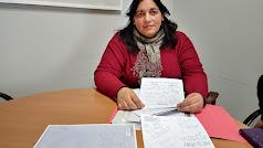 Agustina Cortés, madre de la niña, muestra los anónimos que le enviaron.