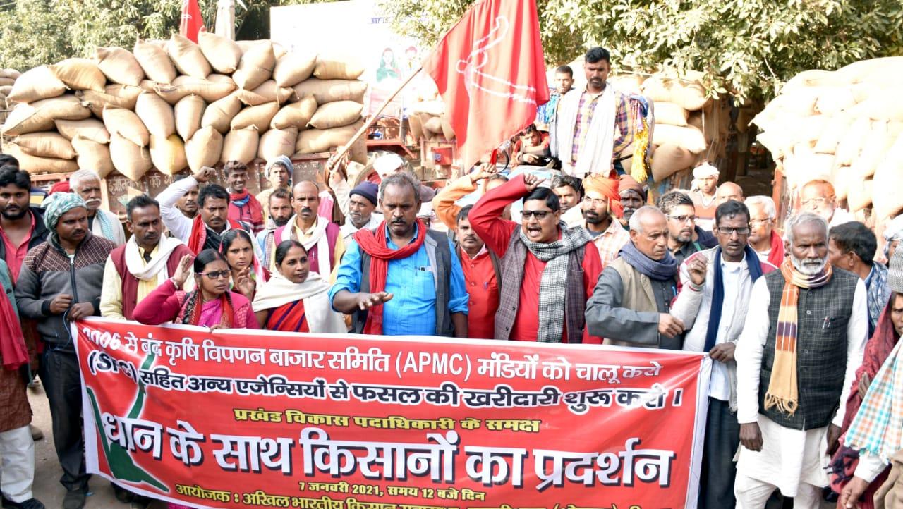 एक किमी लंबी जुलूस निकाल 40 ट्रैक्टरों पर 18 सौ क्विंटल धान की खरीदारी को लेकर बीडीओ के समक्ष प्रदर्शन