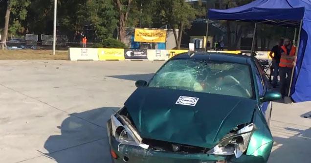 Acidente entre dois carros no teste de batidas que quase causou consequências graves