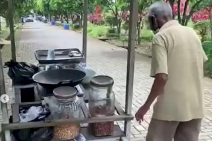 Cari Rezeki Dengan Jual Kacang Di Tengah Kuburan, Dagangan Kakek Ini Malah Sepi Pembeli