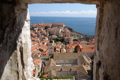 Das Franziskanerkloster durch ein Fenster der Minceta Festung