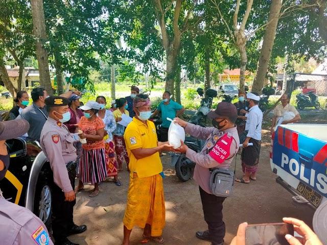 Bagikan Paket Sembako di Kecamatan Nusa Penida, Personel Juga Himbau Protokol Kesehatan