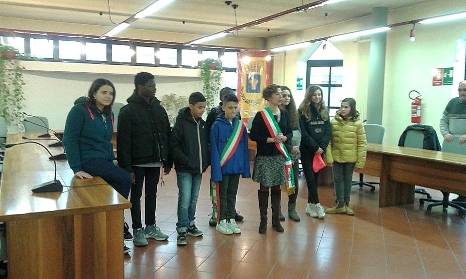Nous sommes à la mairie. La maire a une écharpe tricolore ...