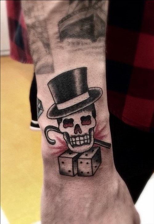 este_cavalheiro_tatuagem_de_caveira