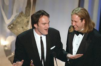 "Photo: Quentin Tarantino aceitando o Oscar de melhor roteiro por ""Pulp Fiction""."