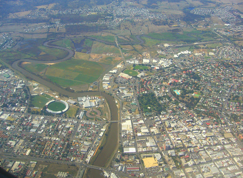 Aerial view of Launceston CBD, Windmill Park right of centre, Elphin Road clearly visible at right, High Street runs right from (blue pool) prior to the Aquatic Centre construction.