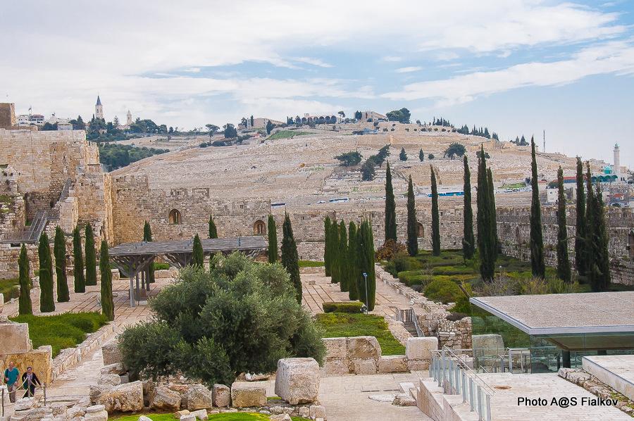 Археологический парк центра Дэвидсона в старом городе Иерусалима на фоне Масличной горы.