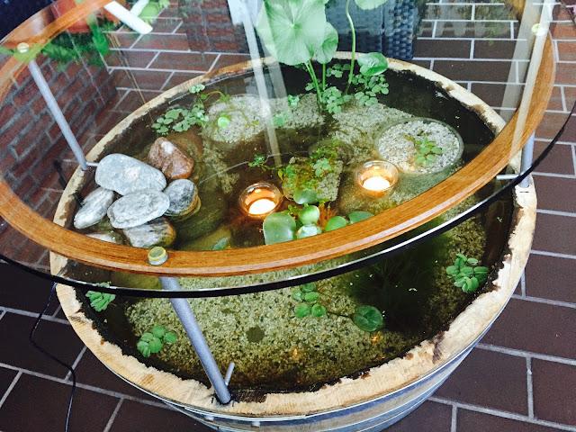 Tessimo 39 s balkongeschichten miniteich tisch auf dem for Miniteich mit fischen anlegen