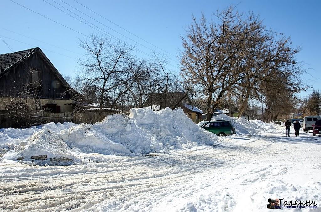 Улица Калинина. напротив этого дома - пожарная часть. У себя-то они снег почистили, да вот только к другим его смели.