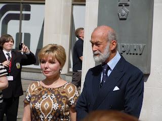 Принц Майкл Кентский и Елена Гагарина у памятника Юрию Гагарину