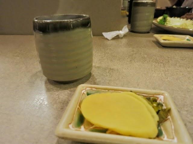 とんかつ提供前には漬物とお茶が供された
