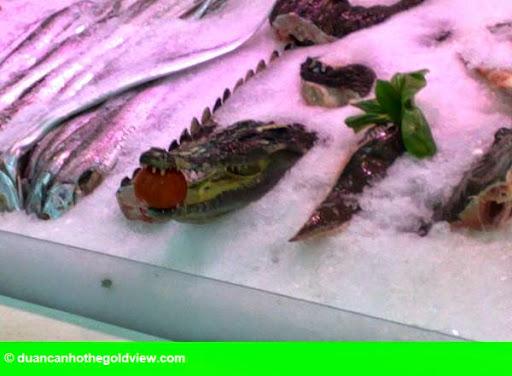 Hình 2: Hãi hùng cá sấu nguyên con, cá mập được bày bán trong siêu thị