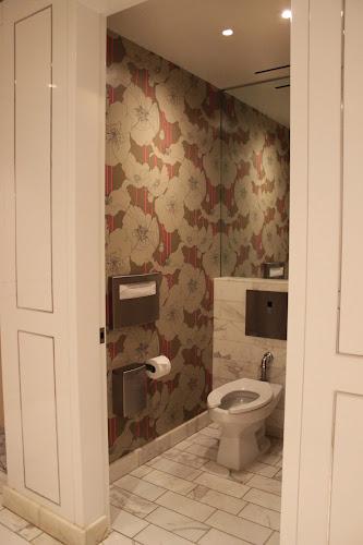 Обои и большое зеркало в туалете