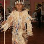 Die Kleidung ist aus der Maispflanze gearbeitet, der Kragen aus Maiskolben repräsentieren Maiskönig und -Königin als Symbol des Alltaglebens unserer Eingeborenen.