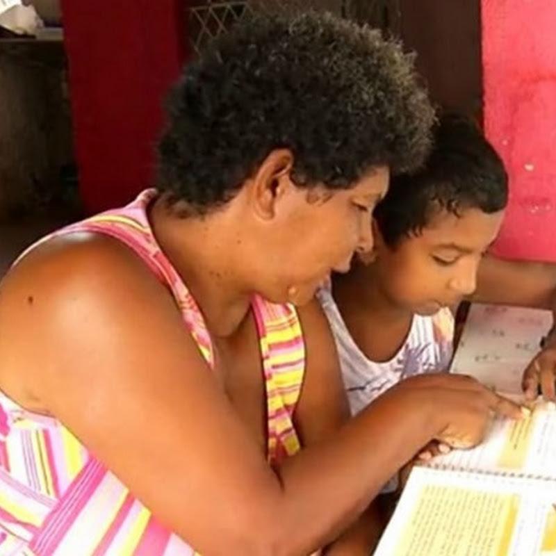 Aos 11 anos, menino ensina a mãe a ler no RN