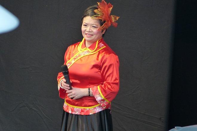 Певица исполняет песни на китайском языке