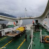 Desembarque de caminhão com provisões em povoado dos fiordes chilenos