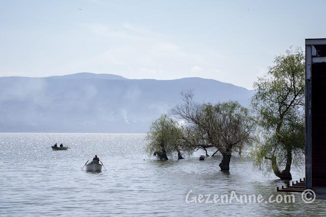 Uluabat Gölü'nde dolaşan tekneler