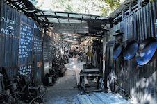 straatje met golfplaten bouwsels van metaalbewerkers