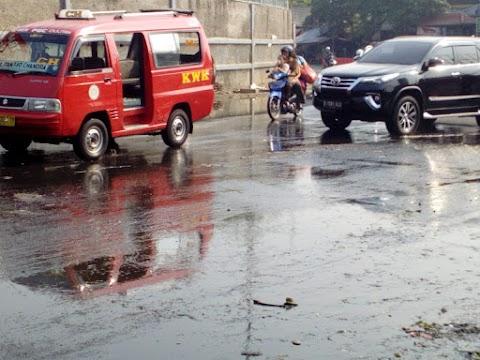 Warga Pondok gede Dan Penguna Jalan keluhkan Genangan Air