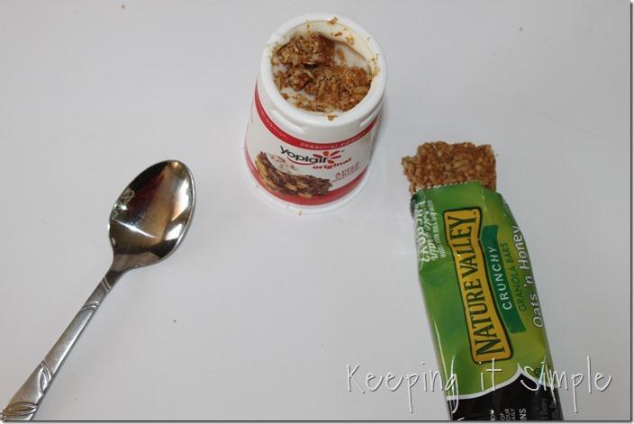 #ad Halloween-snack-idea-Bat-yogurt-with-printable #SnackandSmile (11)