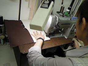 縫製中です。まっすぐ縫うのも大きいので難しいのです。