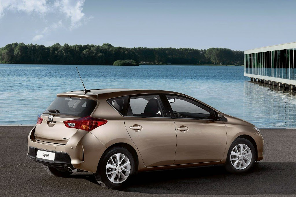 2013-Toyota-Auris-12