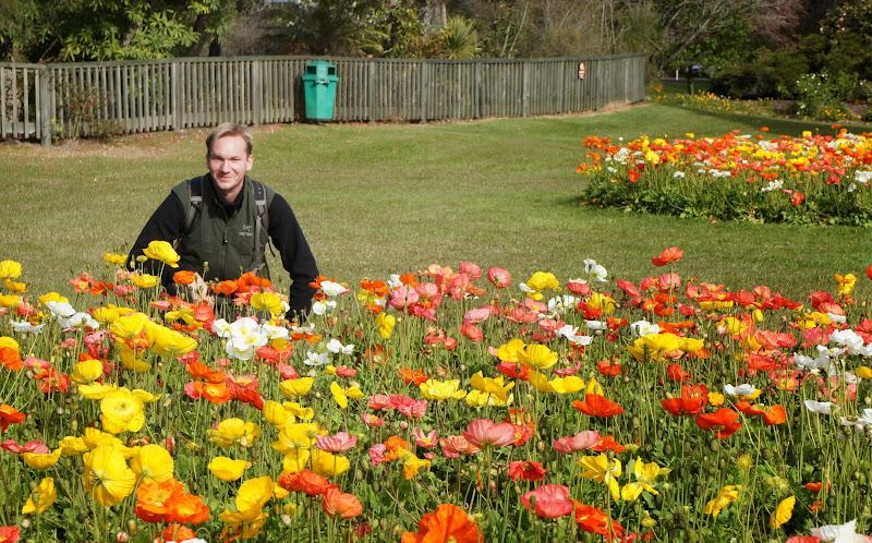 Chris mit Blumenbeet