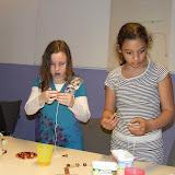 Kinderen van de kinderkerkclub maken een rozenkrans - DSCF5712.JPG